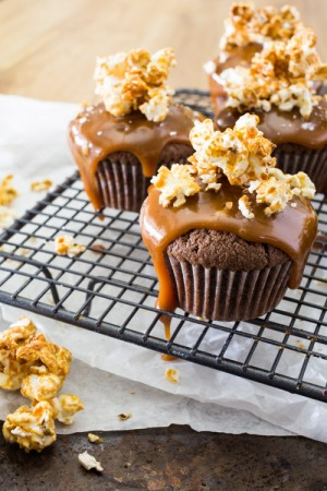 Cupcakes au chocolat, coulis de caramel au poivre sauvage Voatsiperifery