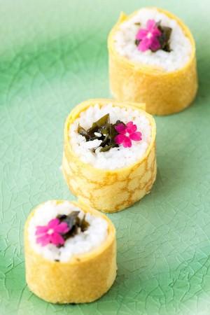 Maki à la feuille d'oeuf et tartare d'algues wakame