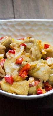 Poulet au curry vert, lait de coco, poivrons et cacahuètes