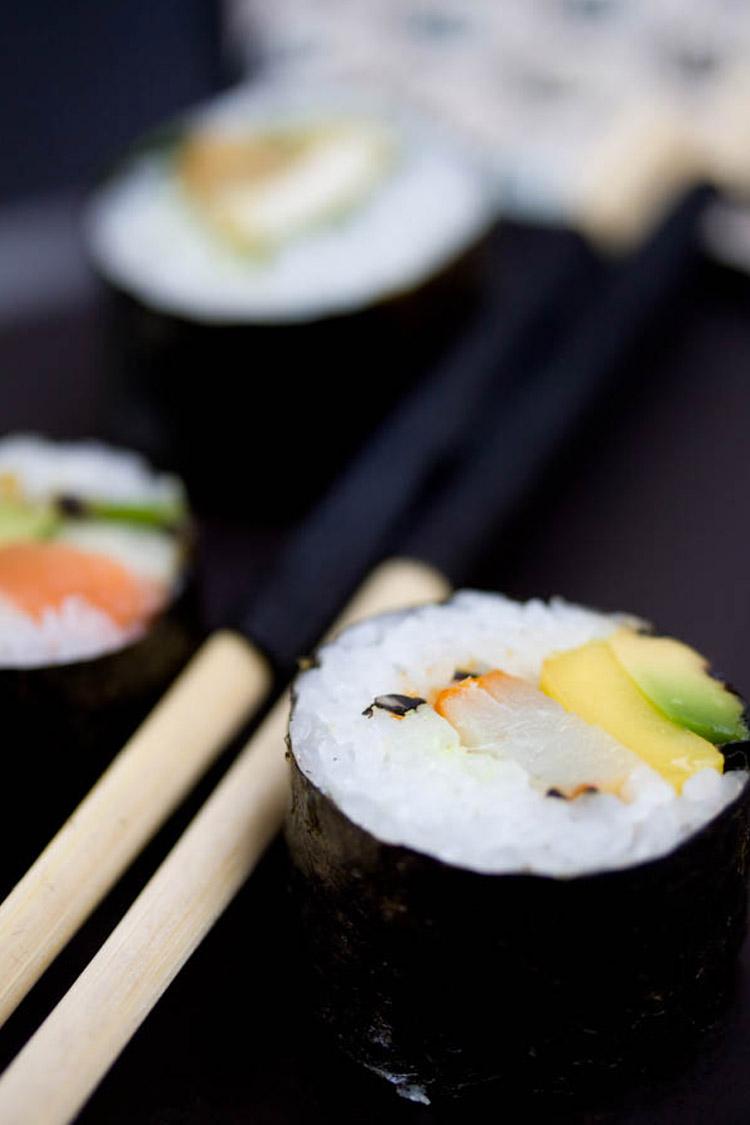 Trois variantes de sushi maki : saumon, haddock, poulet