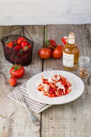 Salade de tomates aux fraises, parmesan, pignons de pins et balsamique blanc