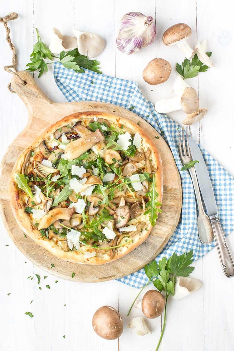 Pizza forestière à l'huile d'olive à la truffe blanche