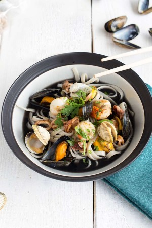 Bouillon de fettucine à l'encre de seiche et fruits de mer