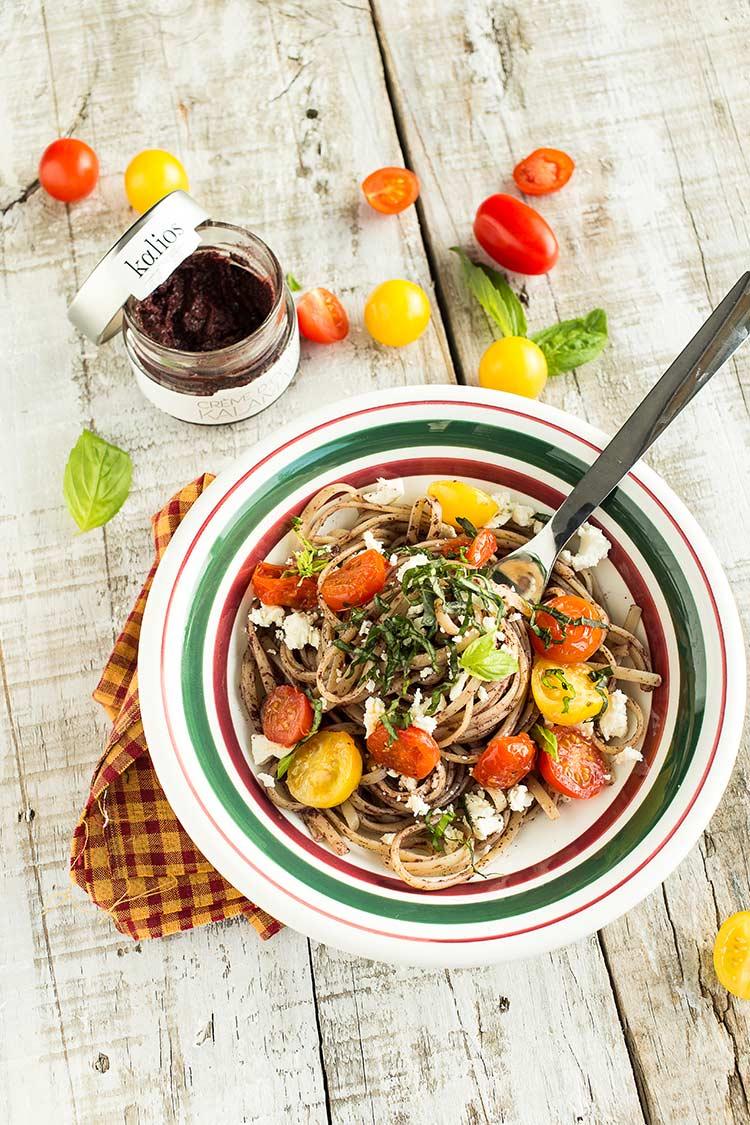 Linguine à la crème d'olives Kalamata, tomate, féta et basilic