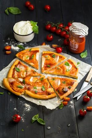 Pizza Margherita maison à la sauce tomate
