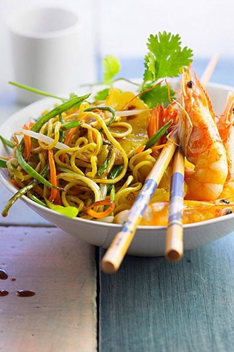 Wok de crevettes, nouilles et légumes croquants