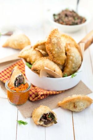 Empanadas au boeuf, girolles et algues kombu, sauce romesco