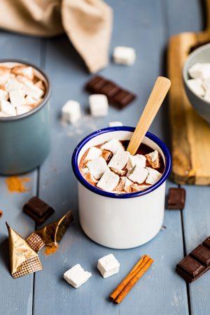 Chocolat chaud et ses petites guimauves à la cannelle