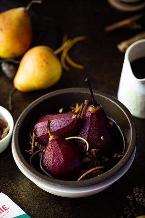 Poires pochées au vin rouge épicé