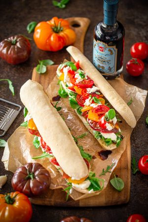 Sandwiches aux tomates colorées et vinaigre balsamique