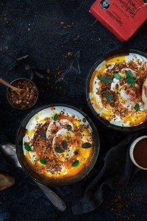 Çilbir au granola salé (œufs pochés au yaourt turc)
