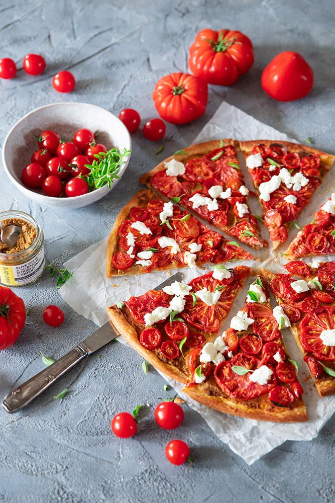 Tarte fine aux tomates, tartinable à l'olive verte et chèvre frais