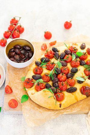 Focaccia aux tomates et olives noires