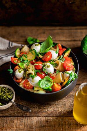 Salade de Mezze, courgettes grillées, tomates, mozzarella et pesto